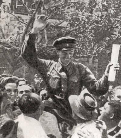 Население Бессарабии радостно встречает бойцов Красной Армии. Фотография. 1940 г.