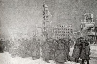 Немецко-фашистские солдаты и офицеры, взятые в плен под Сталинградом. Фотография. Февраль 1943 г.