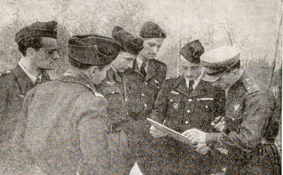 Подполковник К. Д. Орлов ставит боевую задачу французским летчикам эскадрильи «Нормандия». Второй справа — командир звена Марсель Альбер.  Фотография. 1943 г.