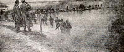 Советские войска форсируют Днепр. Фотография. Октябрь 1943 г.