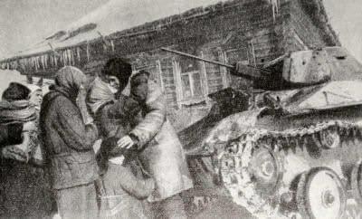 Население деревни, освобожденной от немецко-фашистских захватчиков, встречает советских танкистов. Московская область. Фотография. Декабрь 1941 г.
