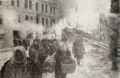 После воздушного налета. Ленинград. Фотография. 1942 г.