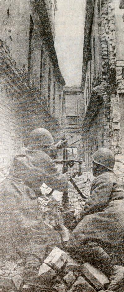 Уличный бой в Сталинграде. Фотография. 1942 г.