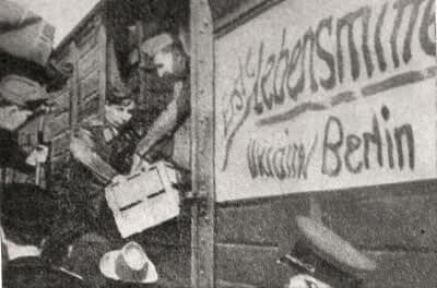 Гитлеровцы вывозят в Германию продовольствие, награбленное в оккупированных районах Советской Украины. Фотография. 1941 г.