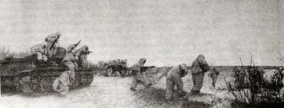 Советские танкисты и автоматчики в наступлении. Сталинградский фронт. Фотография. Январь 1943 г.