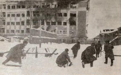 Бойцы Красной Армии ведут бой на улицах Воронежа. Фотография. 1943 г.