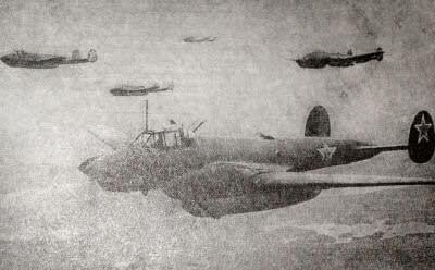 Советские бомбардировщики идут на выполнение боевого задания. Район Курска. Фотография. 1943 г.