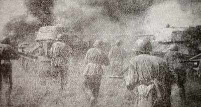 Советские танкисты и автоматчики в наступлении. Фотография. Июль 1943 г.