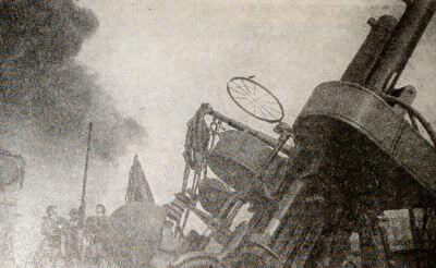 """Зенитчики гвардейского эсминца """"Сообразительный"""" ведут огонь по врагу. Черноморский флот. Фотография. 1943 г."""