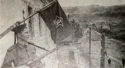 Советский флаг над освобожденным Новороссийском. Фотография. 1943 г.