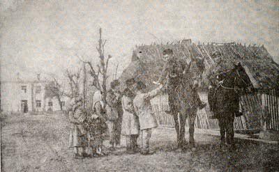 Партизаны передают жителям деревни Антоново сводку Совинформбюро.  Белоруссия. Фотография. 1943 г.