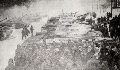 Делегация колхозников Московской области передает танкистам колонну танков,  построенных на личные сбережения колхозников. Фотография. 1942 г.