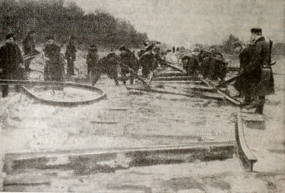 Партизаны 1-й Бобруйской бригады на выполнении боевого задания. Фотография. 1943 г.