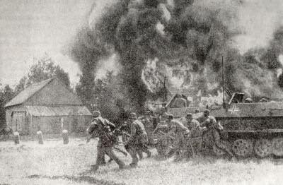Фашистские оккупанты в советской деревне. Фотография. 1941 г.