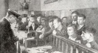 Запись добровольцев в Октябрьском райвоенкомате Москвы 23 июня 1941 г. Фотография.