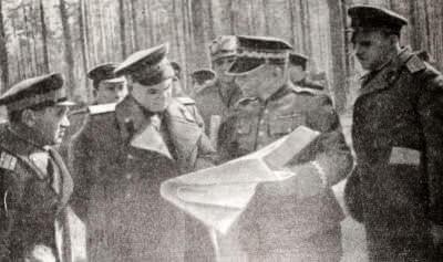 Генерал К. Сверчевский обсуждает с советскими офицерами план форсирования реки Нейсе. Фотография. Апрель 1945г.