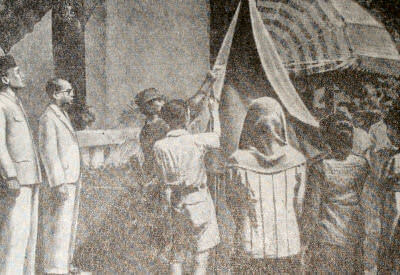 Поднятие индонезийского национального флага. Первый слева — Сукарно. Джакарта. Фотография. 17 августа 1945 г.