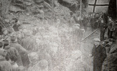 Жители норвежского города Киркенеса встречают солдат Красной Армии. Фотография. 1944 г.