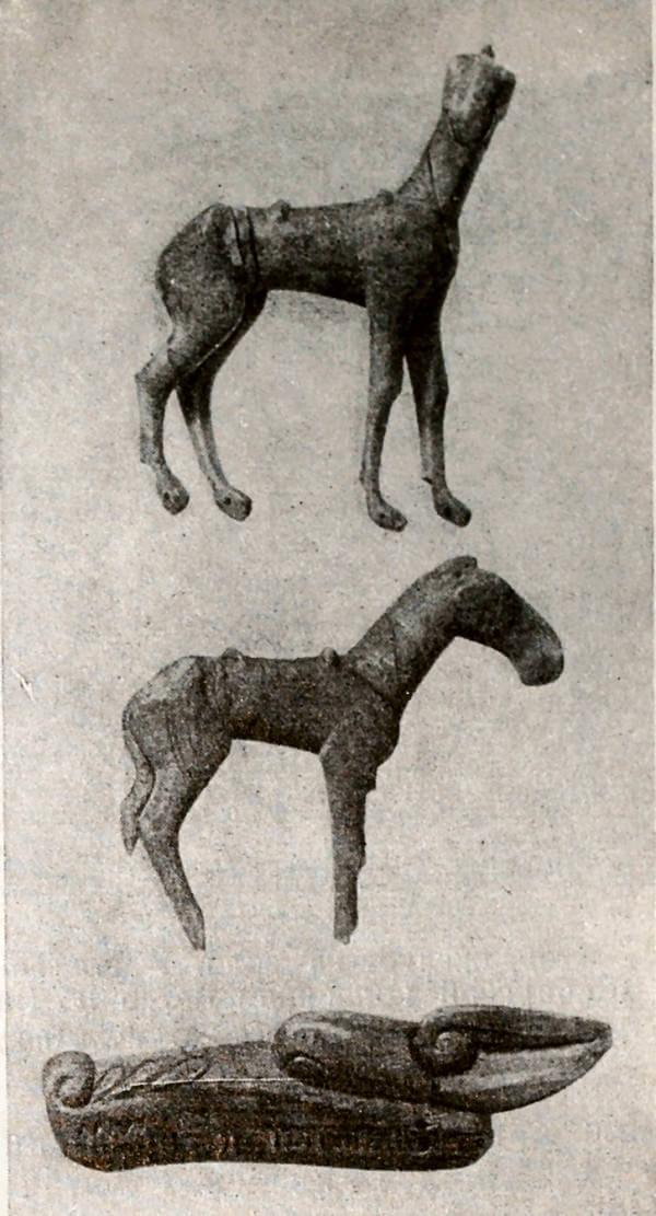 Резные деревянные изображения лошадей и головы хищника из Большого кургана у с. Катанда (Алтай). II в. до н.э. - I в. н.э.
