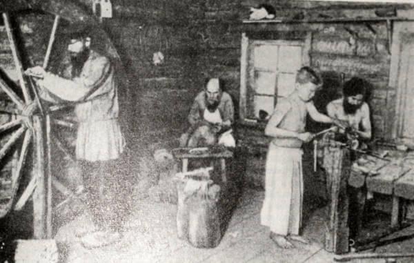 Производство ножниц в кустарной мастерской (село Павлово Нижегородской губернии). Фотография. 90-е годы XIX века.