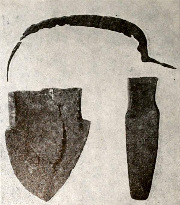 Сельскохозяйственные орудия: серп, плужный лемех и сошник двузубой сохи. XIII-XV века.