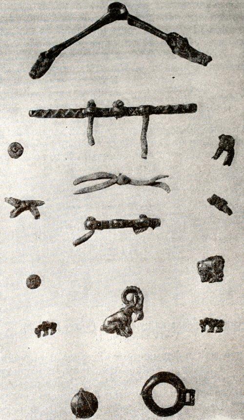 Бронзовые удила, псалии, нашивные украшения одежды. Из сакских курганов в Восточном Памире. V-IV вв. до н.э.