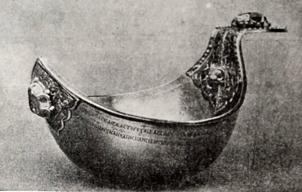 Золотой ковш Ивана IV с чеканными украшениями и камнями