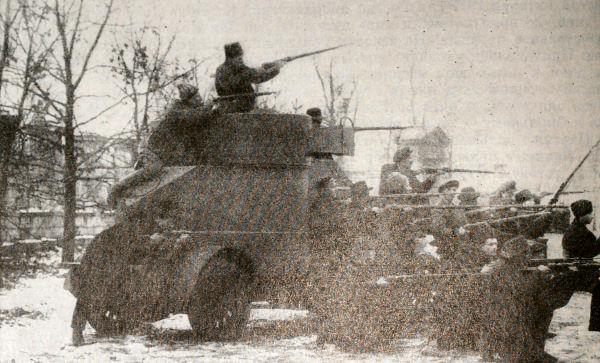Красногвардейцы Путилковского завода у броневика Лейтенант Шмидт в октябре 1917 года. Фотография.