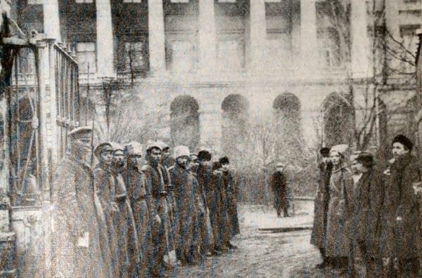 Патруль революционных солдат и красногвардейцев у Смольного в октябре 1917 года. Фотография.