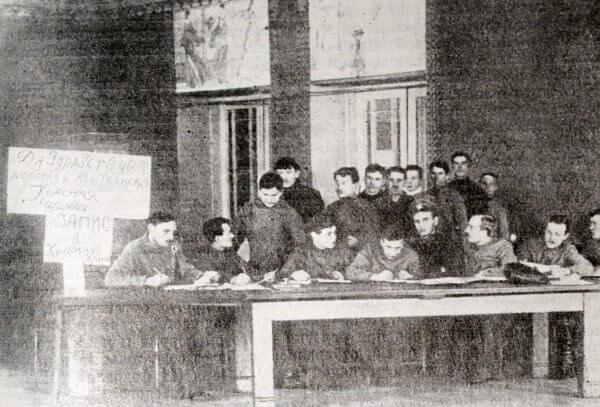 Запись добровольцев в Красную Армию. Петроград. Февраль 1918 года. Фотография.