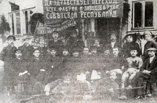 Рабочие национализированной Ликинской мануфактуры. Фотография. Декабрь 1917 года.