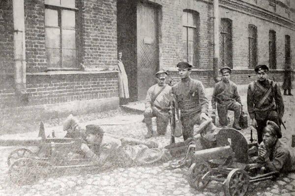 Обучение Красноармейцев пулеметной стрельбе. Петроград. Март 1918 года. Фотография.