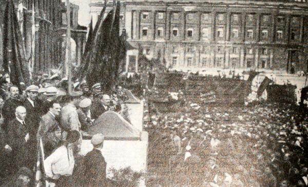 Выступление В. И. Ленина на площади Урицкого в Петрограде в день открытия II конгресса Коминтерна. Фотография.