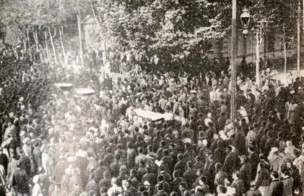 Демонстрация в Ташкенте во время похорон убитых рабочих. Фотография. Октябрь 1905 года.