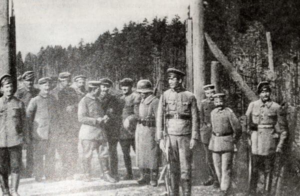 Советские пограничники поздравляют немецких солдат с началом революции в Германии. Кинокадр. Ноябрь 1918 года.