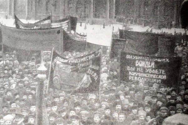 Митинг протеста в Петрограде в связи с убийством К. Либкнехта и Р. Люксембург. Кинокадр 1919 года.