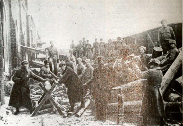 Субботник на Казанском вокзале 10 мая 1919 года. Фотография.