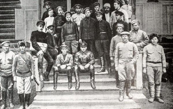 В. К. Блюхер среди бойцов 151-й бригады в октябре 1919 года. Фотография.