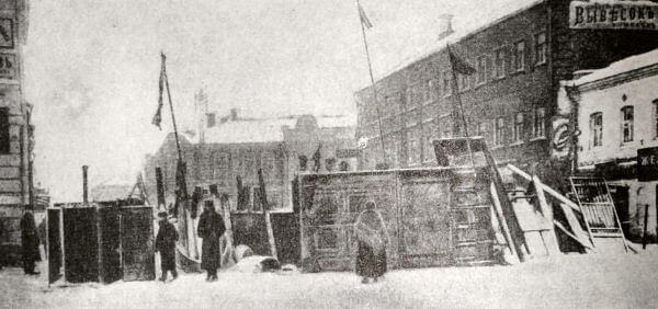 Баррикада в Москве на Малой Бронной в декабре 1905 года. Фотография.