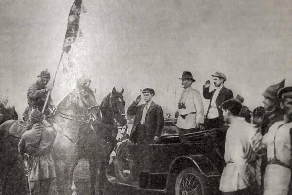 С. М. Буденный принимает 25 мая 1920 года от М. И. Калинина знамя ВЦИК. Фотография.