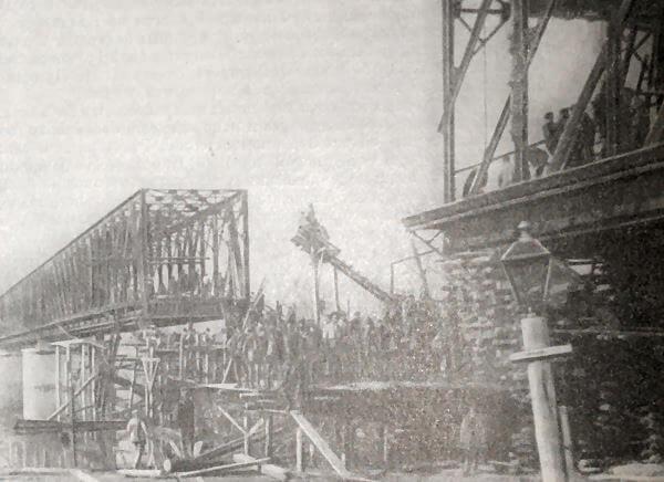 Восстановление железнодорожного моста через Кубань у Екатеринодара. Фотография 1920 года.