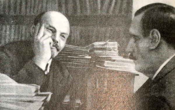 В. И. Ленин беседует с английским писателем Г. Уэллсом. Фотография 1920 года.
