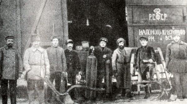 Группа петроградских металлистов и танспортников, посланных профсоюзами в деревню. Фотография 1922 года.
