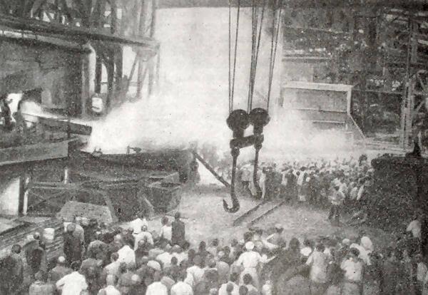 Первый выпуск стали на государственном заводе в Екатеринославе 25 июня 1922 года. Фотография.