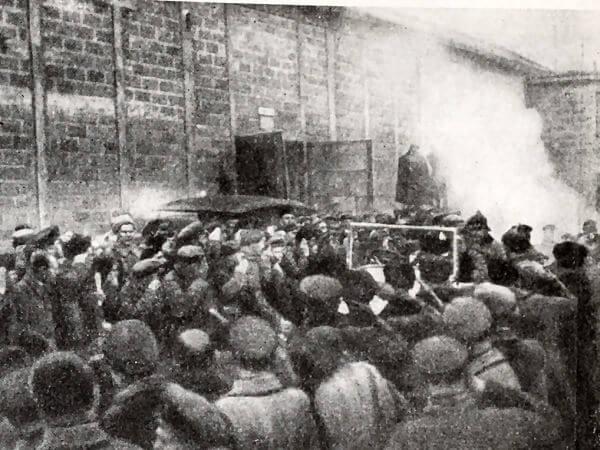 Рабочие московского завода АМО приветствуют первый советский автомобиль. Фотография 1924 года.