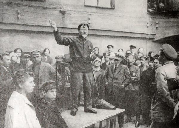 Выступление М. И. Калинина перед строителями Волховской электростанции. Фотография 1924 года.