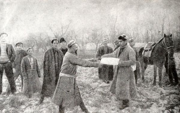 Вручение крестьянину-бедняку акта о наделении его землей и скотом на основании земельно-водной реформы (Ферганская область). Фотография 1925 года.