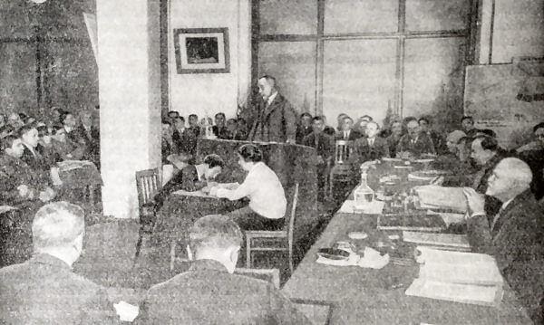 Доклад Г. М. Кржижановского о первом пятилетнем плане на совещании работников Госплана. Фотография 1928 года.