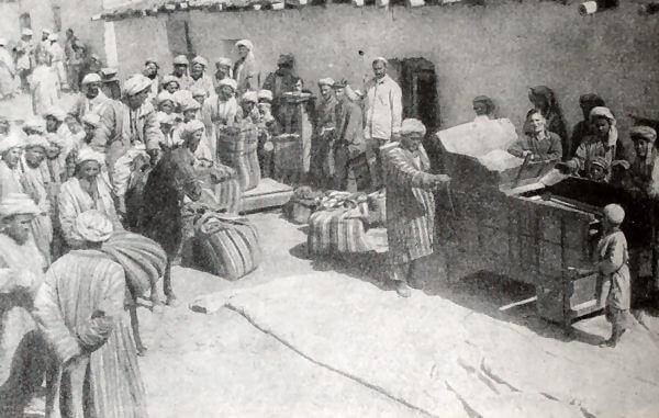 Выдача семенной ссуды дехканам. Узбекская ССР. Фотография 1930 года.