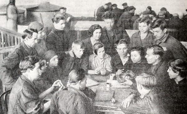 Изучение техники производства рабочими тракторного завода имени Ф. Э. Дзержинского. Фотография 1931 года.